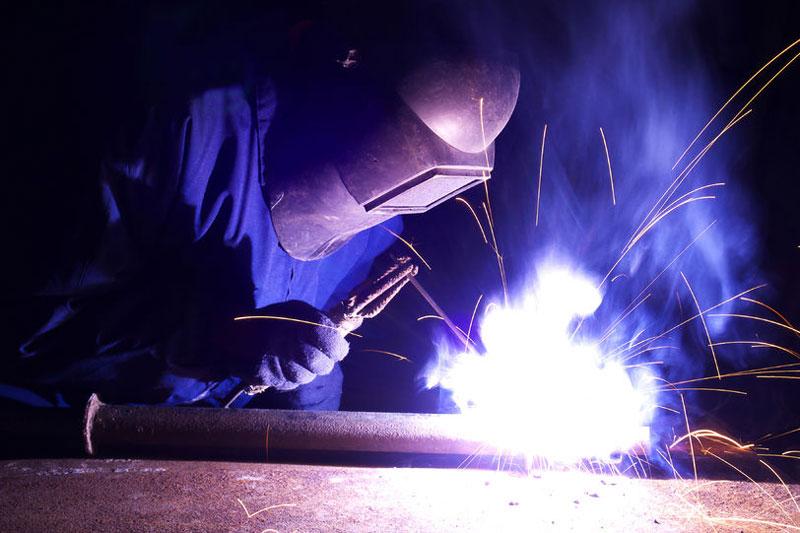 laswerk bij prefabricage van stalen leidingen